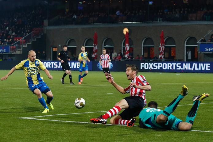 Johan Voskamp tuimelt als speler van Sparta over doelman Arjan van Dijk van RKC. Het zou de Rotterdamse club een penalty opleveren.