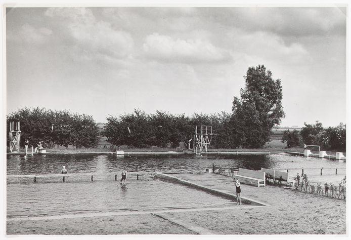 Het oude zwembad op de Noordschans in Klundert. Het bad sloot in 1970 de deuren. Inmiddels wordt gekeken naar sloop en herbouw van het huidige zwembad De Niervaert, dat 46 jaar oud is.