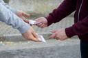 Jongeren dealen op straat