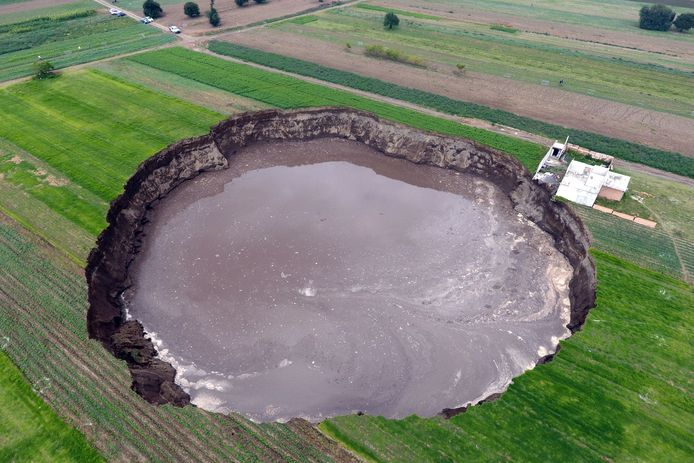 Le trou fait une centaine de mètres de diamètre et une vingtaine de mètres de profondeur