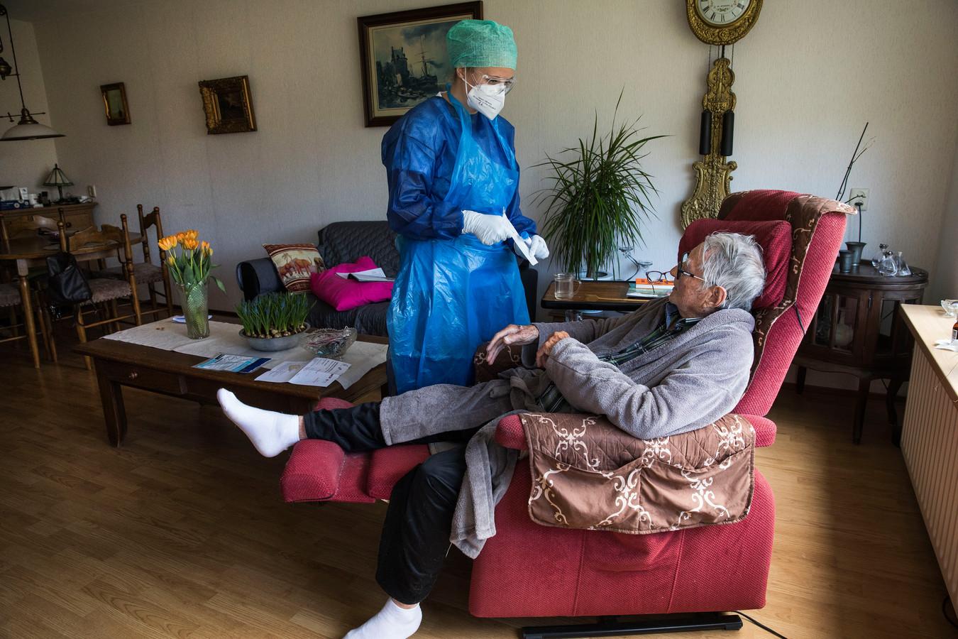 Vrijwilligers van het Rode Kruis ondersteunden al eerder woonzorgcentra en ook huisartsen in Den Haag.