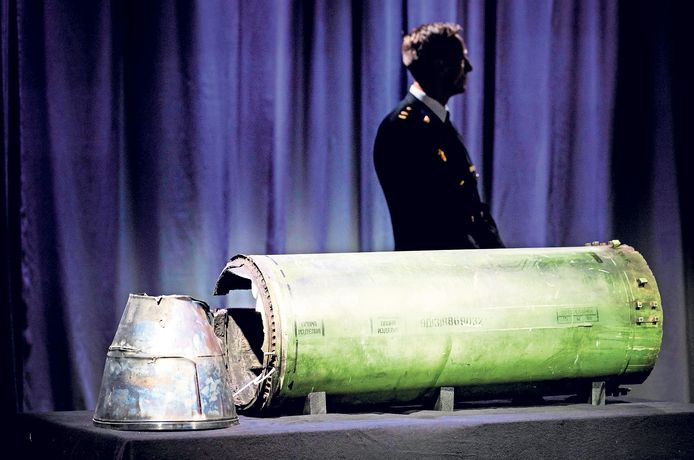 Onderdeel van de BUK-raket die de MH-17 neerhaalde, hier getoond tijdens een persbijeenkomst van het Joint Investigation Team, dat onderzoek doet naar de crash van vlucht MH17.