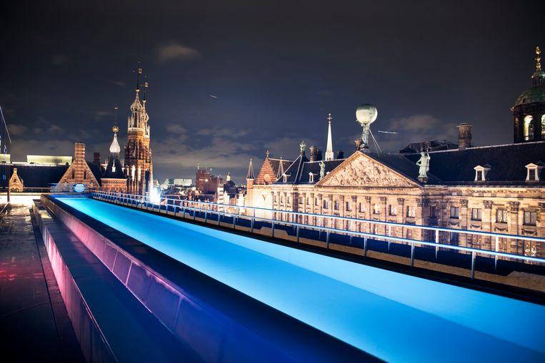Het zwembad op het dakterras van het W-hotel in Amsterdam. Beeld Els Zweerink