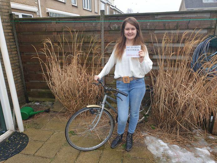 Madelon met haar fiets.