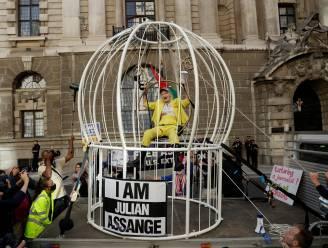 Ontwerpster Vivienne Westwood protesteert in gigantische kooi, verkleed als kanarievogel