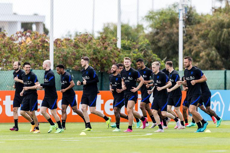 De spelers van het Nederlands elftal trainen in Lagos, Matthijs de Ligt blikt in de camera. Beeld Pro Shots / Toin Damen
