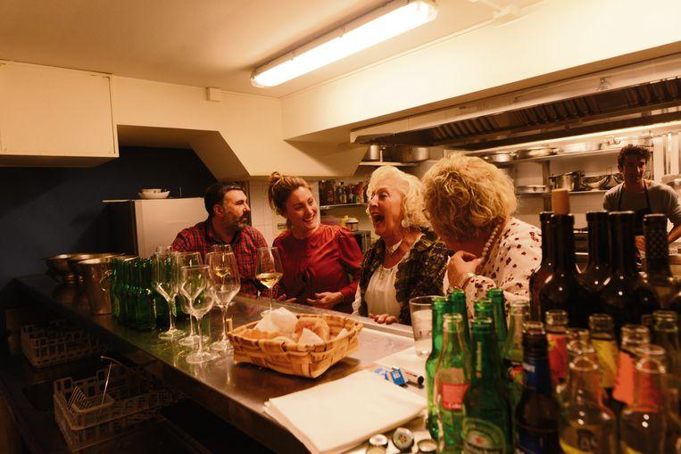 In Eneko's txoko hangt zijn moeder met enkele familieleden aan de toog. Mama is niet niet onder de indruk van wat Atxa aan het koken is.  Beeld Tony Le Duc