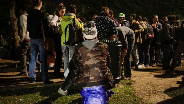 Vluchtelingen in de rij voor een slaapplaats in het Brusselse Maximiliaanpark. Beeld belga