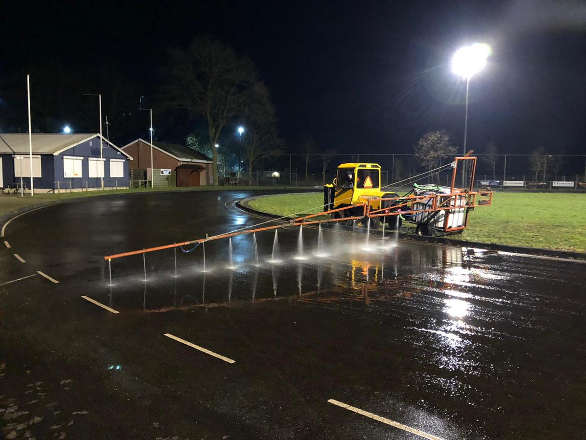 In de nacht van donderdag op vrijdag wordt met een zelf gebouwde sproei-installatie water opgebracht op de baan van de Wierdense IJsclub.