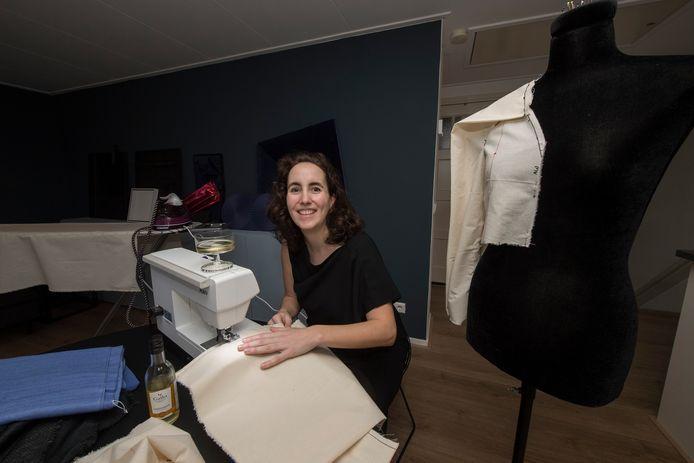 Caroline van Ginkel in actie achter de naaimachine.