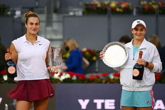 Aryna Sabalenka (links) verslaat Ashleigh Barty in de finale.