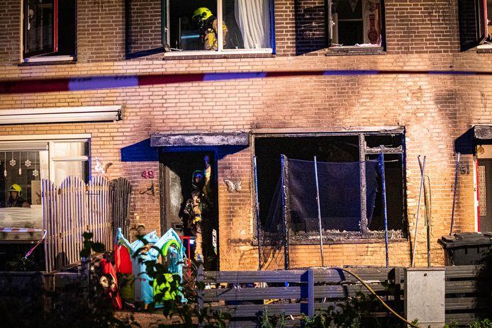 De brandweer aan het werk na de brand aan de Krommeniehof in Arnhem.