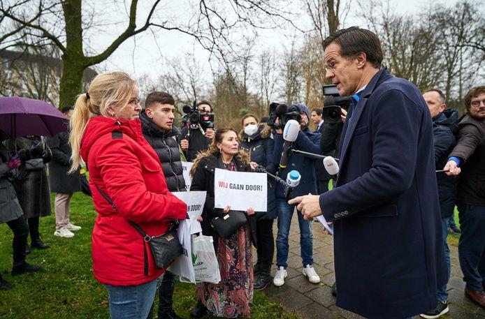 Premier Mark Rutte ging eerder dit jaar bij het Catshuis in gesprek met gedupeerde ouders van de toeslagenaffaire. De ouders zijn onterecht aangemerkt als fraudeur en moeten tienduizenden euro's kinderopvangtoeslag terugbetalen.