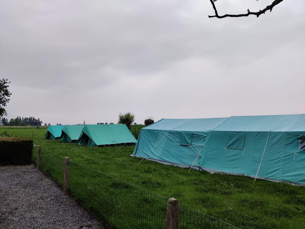 KLJ Molenbeek-Wersbeek had maandag hun tenten opgeslagen in Houtem (Veurne), maar intussen keren de kinderen weer huiswaarts.
