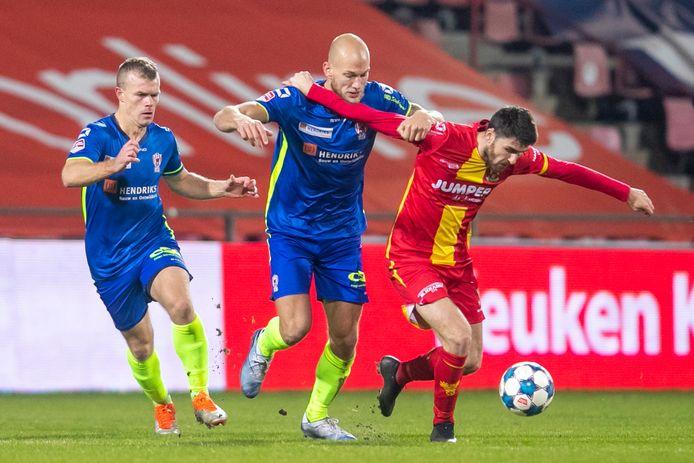 Jan Lammers (midden) in een verbeten duel met Sam Hendriks van Go Ahead Eagles (rechts). Links Lion Kaak van TOP Oss.