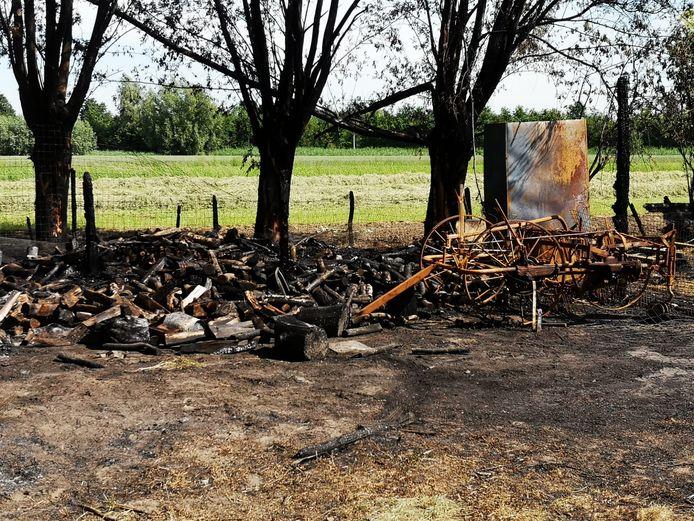 Een foto van de schade na de brand in de Zelzaatse paardenstal.
