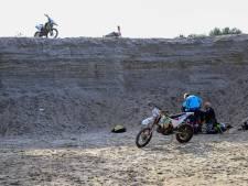 Motorcrosser valt afgrond in Bakel in