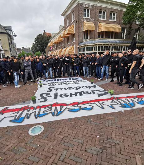 Na selfies met 'Blote Gerrit' groeide de groep demonstranten wel heel snel en sloeg de stemming om