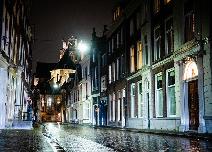 Binnen stad Dordrecht. Vanaf gister vanavond 21:00 uur is de avondklok in Nederland ingegaan.
