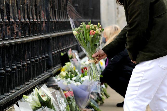 Mensen leggen bloemen neer bij Buckingham Palace na het overlijdensbericht van prins Philip