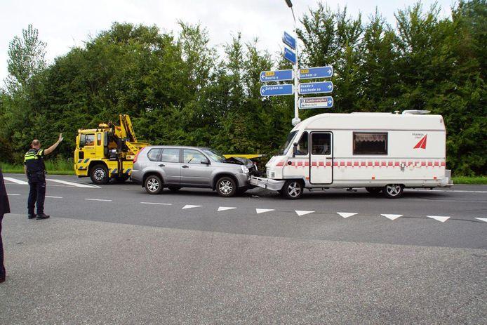 Een auto en een camper zijn gebotst op de Rondweg bij Borculo.