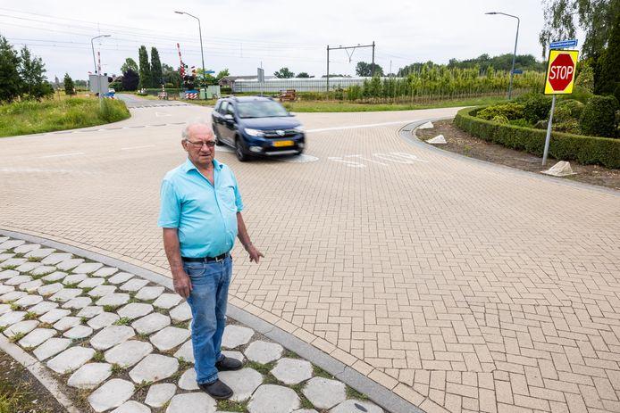 Gerard Verhoeven wil dat Tilburg de 'levensgevaarlijke kruising' voor zijn huis vlakbij het spoor in Biezenmortel aanpakt.