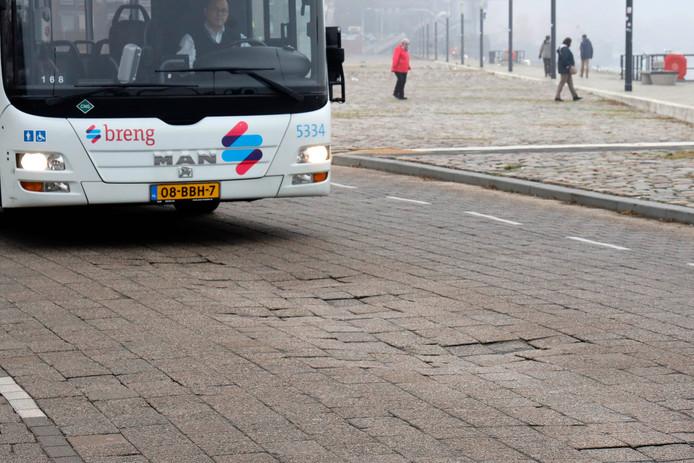 Een van de 66 lijnbussen die elk uur over de Waalkade rijden.