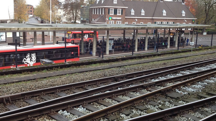 Reizigers massaal op weg naar de bus omdat de treinen niet rijden