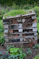 Een restje bakstenen, een paar verloren snelbouwstenen, een stukje pvc-buis: meer heb je niet nodig om met de kinderen een insectenhotel te bouwen