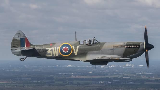 Tientallen staren tevergeefs naar de lucht in Herwen: Spitfire kan wéér niet vliegen vanwege harde wind