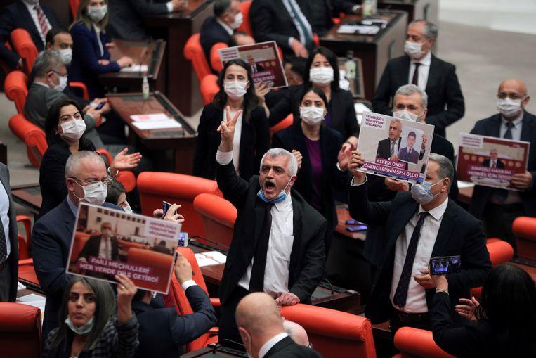 Omer Gergerlioglu (midden) en collega's van de pro-Koerdische partij HDP protesteren in het parlement tegen het voornemen de partij te verbieden. Beeld REUTERS