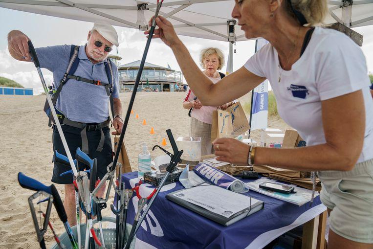 Vrijwilligers krijgen instructies voor de Beach Cleanup Tour. Beeld Maikel Samuels