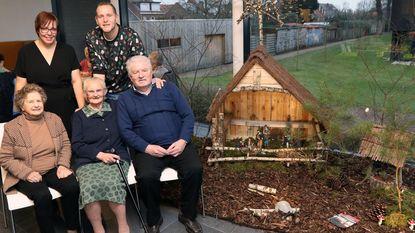 Ouderen timmeren zelf kerststal in dagopvang