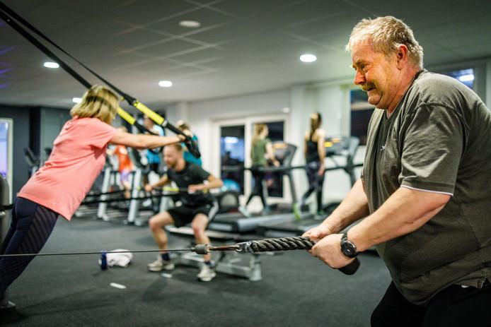 Mensen werken aan hun conditie in de sportschool.