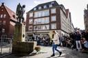 Journalisten in het centrum van Munster, waar een dag eerder een busje inreed op een vol terras van het beroemde restaurant Grosser Kiepenkerl.