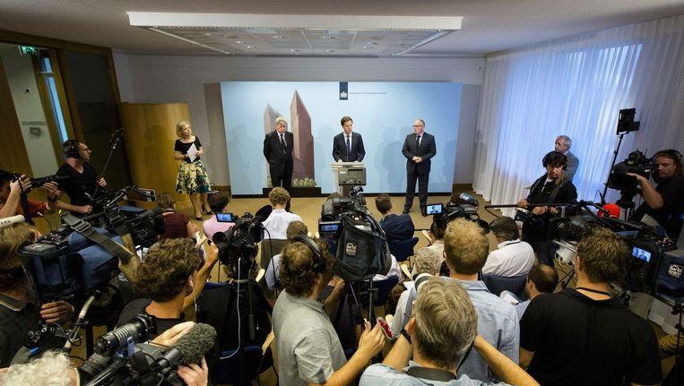 Minister Frans Timmermans vanmiddag tijdens de persconferentie met premier Mark Rutte. Beeld epa