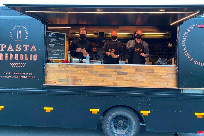 Michael Hoste, Bart De Paepe en Jurgen Van den Bremt van Pasta Republic serveren elke vrijdagavond pastabekers aan het kruispunt Vijfhuizen in Erpe.