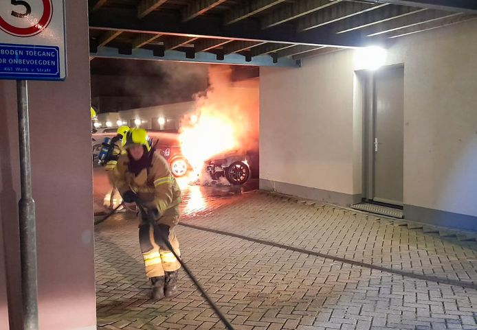 Aan de Bramengaarde in Hendrik-Ido-Ambacht was in de nacht van vrijdag op zaterdag een autobrand.