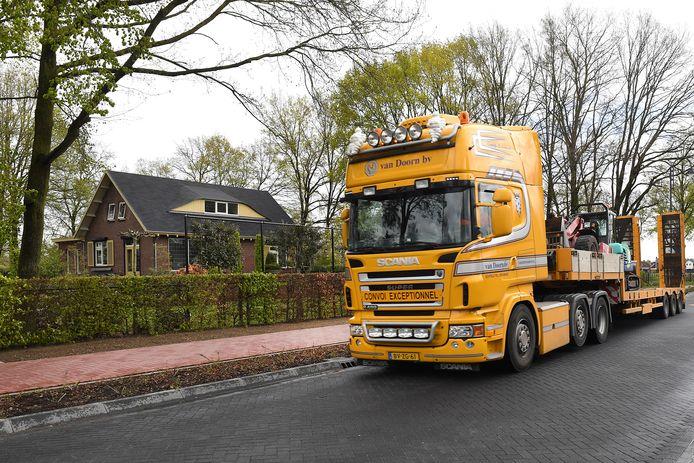 De vrachtwagens die voor het huis aan de Dorpsstraat in Ledeacker rijden veroorzaken trillingen ín de woning.