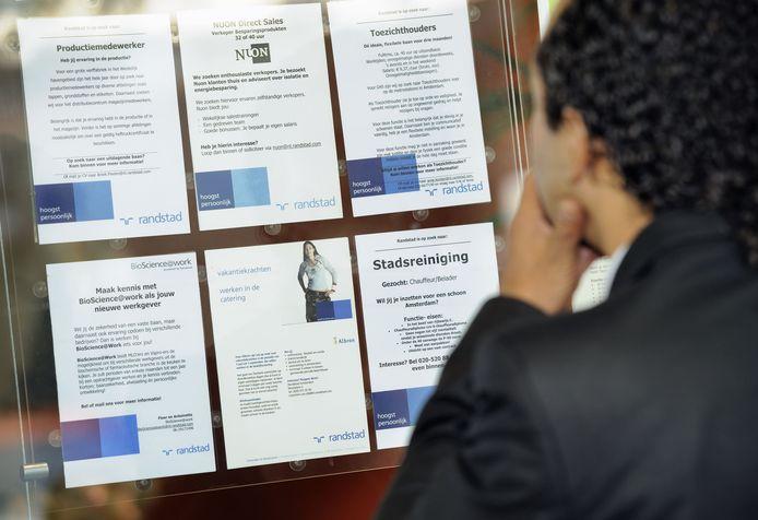 Een werkzoekende bekijkt vacatures. Een te hoge eisenlijst in een vacature blijkt voor kandidaten de grootste afknapper.