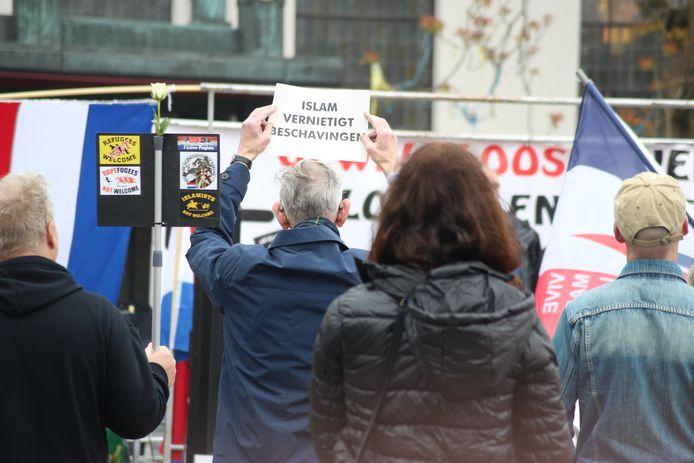 Een betoger in Tilburg met de tekst 'Islam vernietigt beschavingen'.