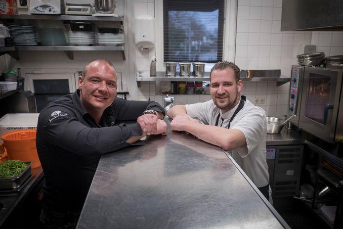 Robert (links) en Frank Bregman in de keuken van Gastrobar Oude Post in Renkum.