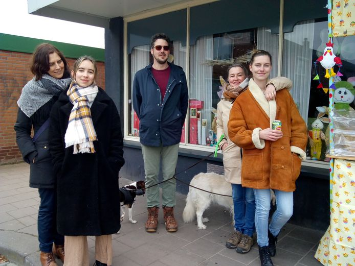De familie Engelen uit Waalwijk nuttigt een drankje bij café De Bierelier tijdens Stadswandeling 0416.