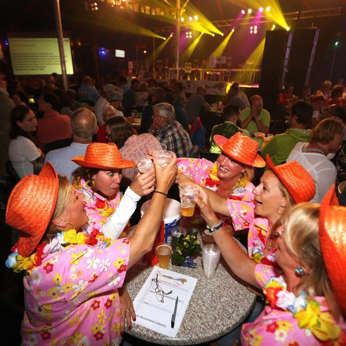 De feesttent in hartje Dorst is de locatie van het jaarlijkse midzomernachtfeest met onder meer de dorpsquiz en 'Dorst Zingt'.
