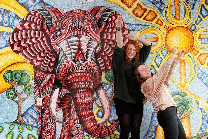 De olifant van nummer 143: Maartje Maasbach (L)  en Annet Oskam zijn er trots op
