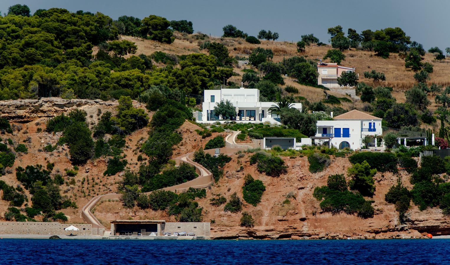 In de Tweede Kamer is met ergernis gereageerd op het vakantiebezoek van koning Willem-Alexander aan Griekenland