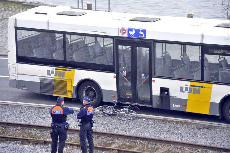 Goddaert viel met zijn koersfiets en kwam onder een bus terecht.