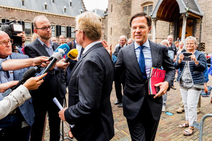 Werkgeversvoorman Hans de Boer en premier Mark Rutte geven elkaar de schuld: allebei vinden ze dat de ander iets moet doen aan de koopkracht van werknemers.