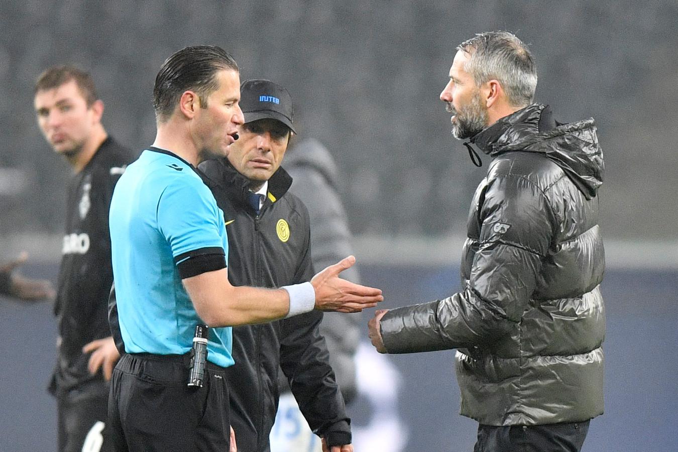 Danny Makkelie (l) blijft kalm als Borussia Mönchengladbach-coach Marco Rose verhaal komt halen na het duel met Inter.