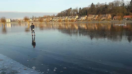 Maarten de Zeeuw schaatst als enige  op het Wageningse ijs.